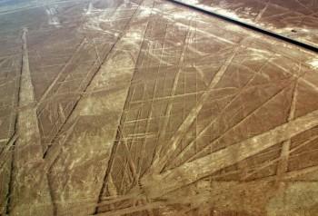 Panaméricaine traversant les lignes et trapèzes de Nazca