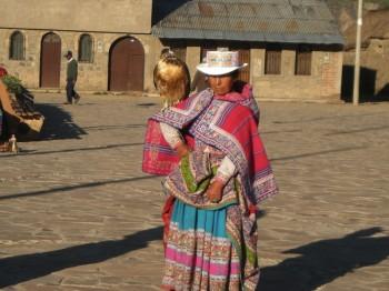 Femme en tenue traditionnelle du Colca