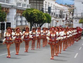 Défilé folklorique à Sucre, Bolivie